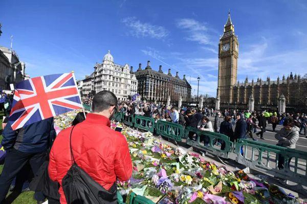 英国议会大楼前现花海 悼念恐袭遇难者