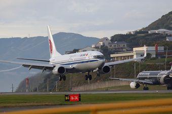 李克强访问新西兰,总理专机降落瞬间