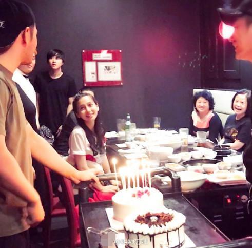 黄晓明夫妇参加家庭聚会 Baby产后恢复少女颜