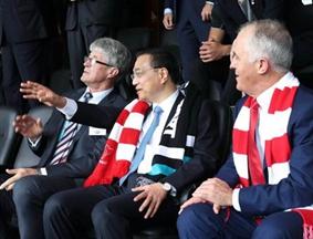 李克强与澳总理特恩布尔共同观看澳式足球