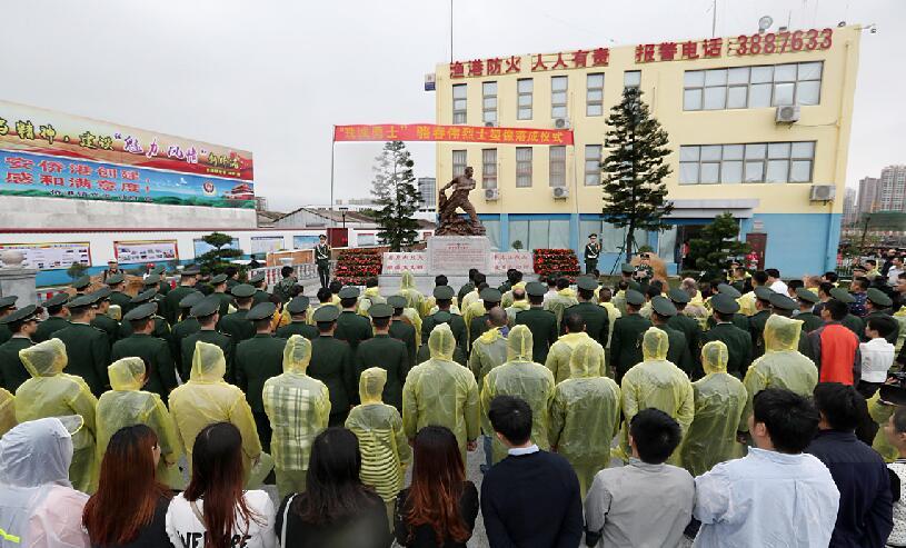 珠城勇士骆春伟烈士塑像在广西北海市落成