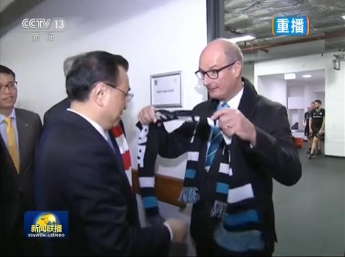 李克强与澳总理共观足球