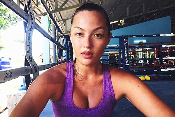 香港女模特登体育画报 打拳读书样样精通受追捧