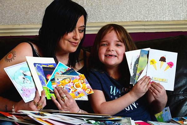 暖心!英7岁女童脑癌晚期获各地网友送祝福卡片