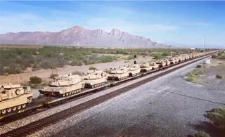 美国装甲大军通过铁路机动 装了满满一火车