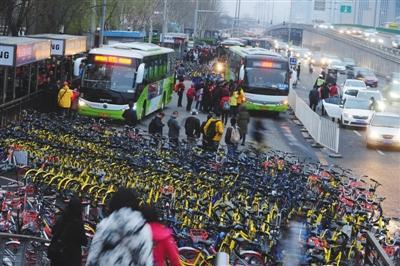 """共享单车""""围城"""" 北京市交通委发声"""
