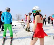 """""""光猪""""滑雪节现场:有人雪上裸上身"""