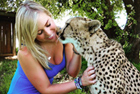 英女子与所救猎豹成为好友