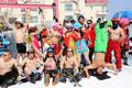 光猪滑雪节比基尼抢镜
