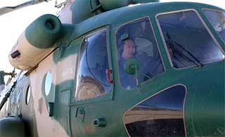 直升机将患急病士兵送下高原