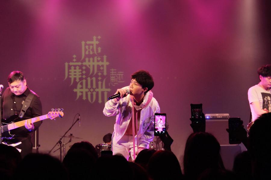 王思远携新专辑巡演 上海站遭女歌迷上台索吻