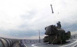 俄军把野战防空导弹搬军舰上 放在甲板上就能打