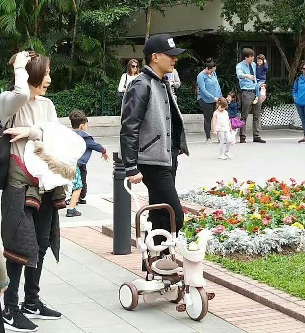 刘恺威送完杨幂后带小糯米逛公园,被赞好奶爸