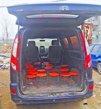 幼童黑校车上坠落被轧身亡 车上摆放23个小板凳