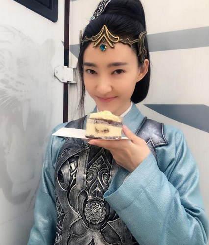 娱乐圈同是吃货的女明星,赵丽颖王丽坤尽显吃货本色图片