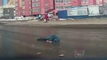 男子过马路跑太快刹不住脚 头部被卡车猛击倒地