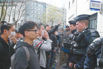 巴黎华人哀悼被射杀同胞 与警察起冲突