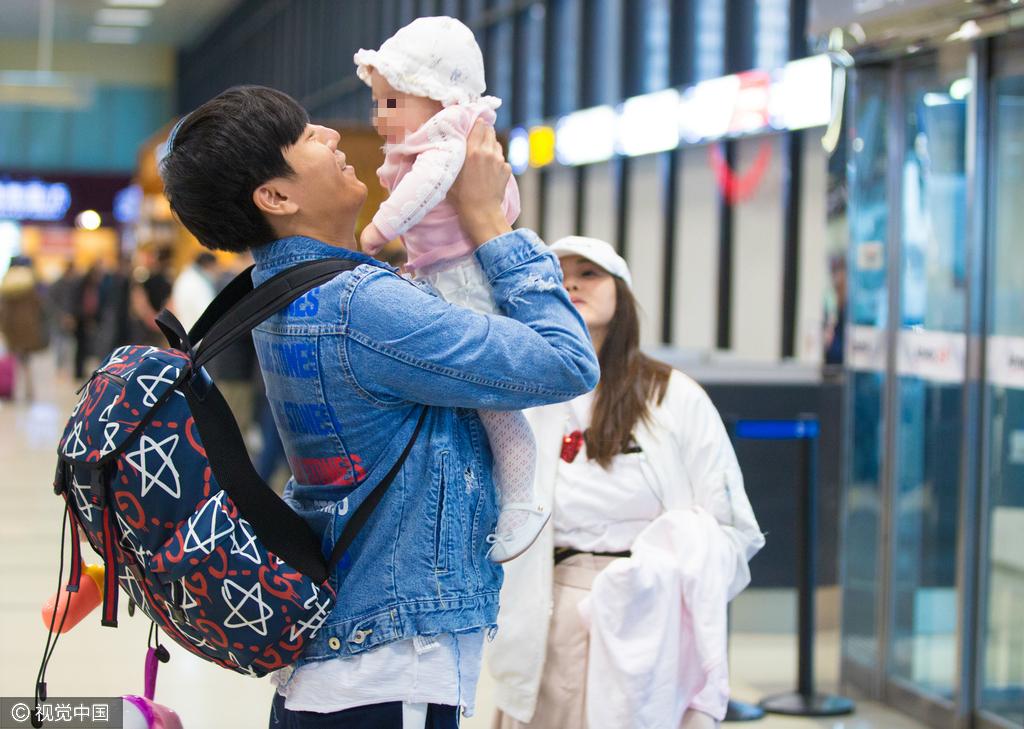 伊能静女儿挥手露笑 老公机场迎接一家三口温馨有爱