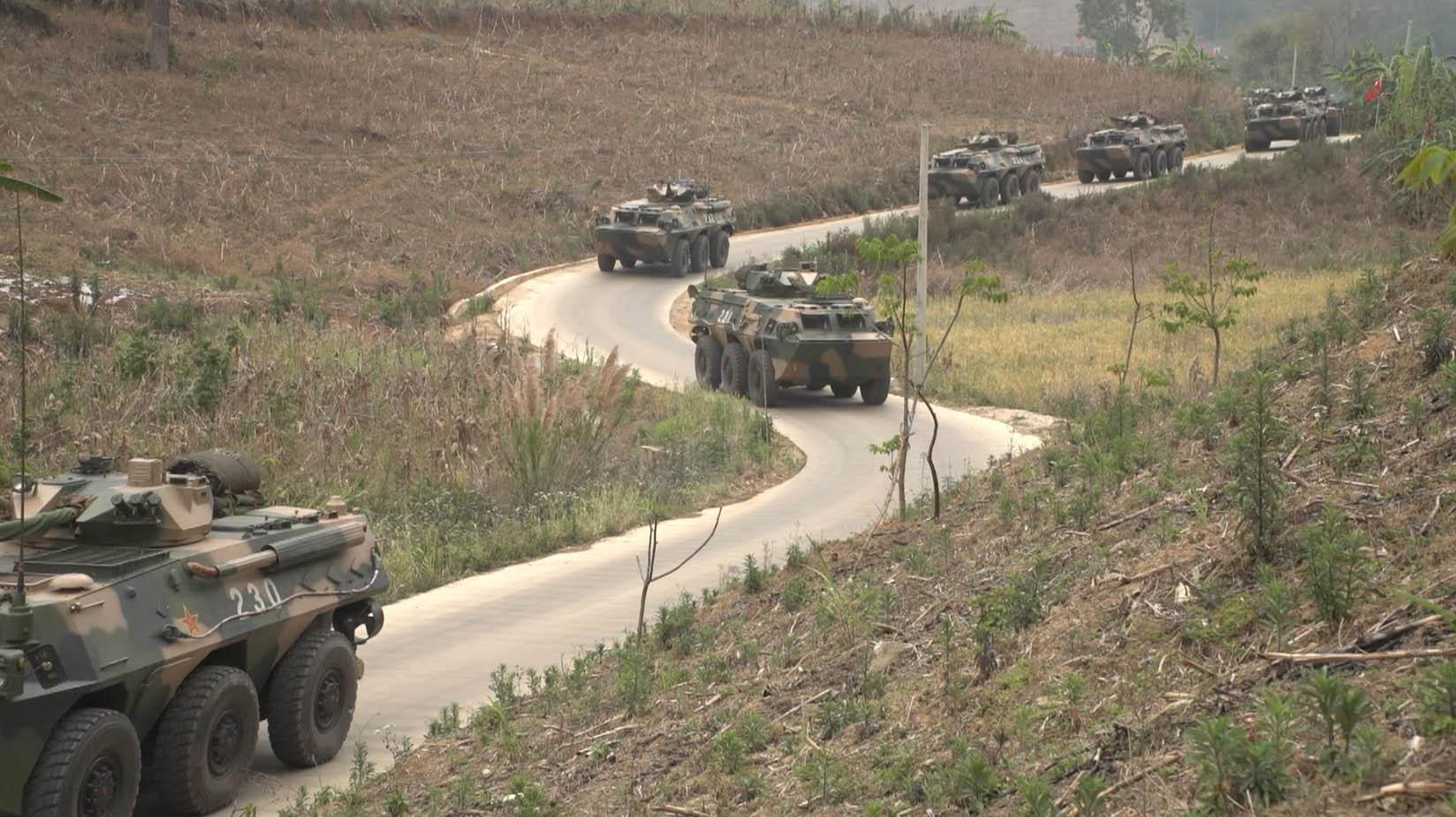 解放军在中缅边境实弹演习 展示维护边防决心