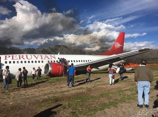 秘鲁一架载百人客机着陆时起火 目前伤亡不明