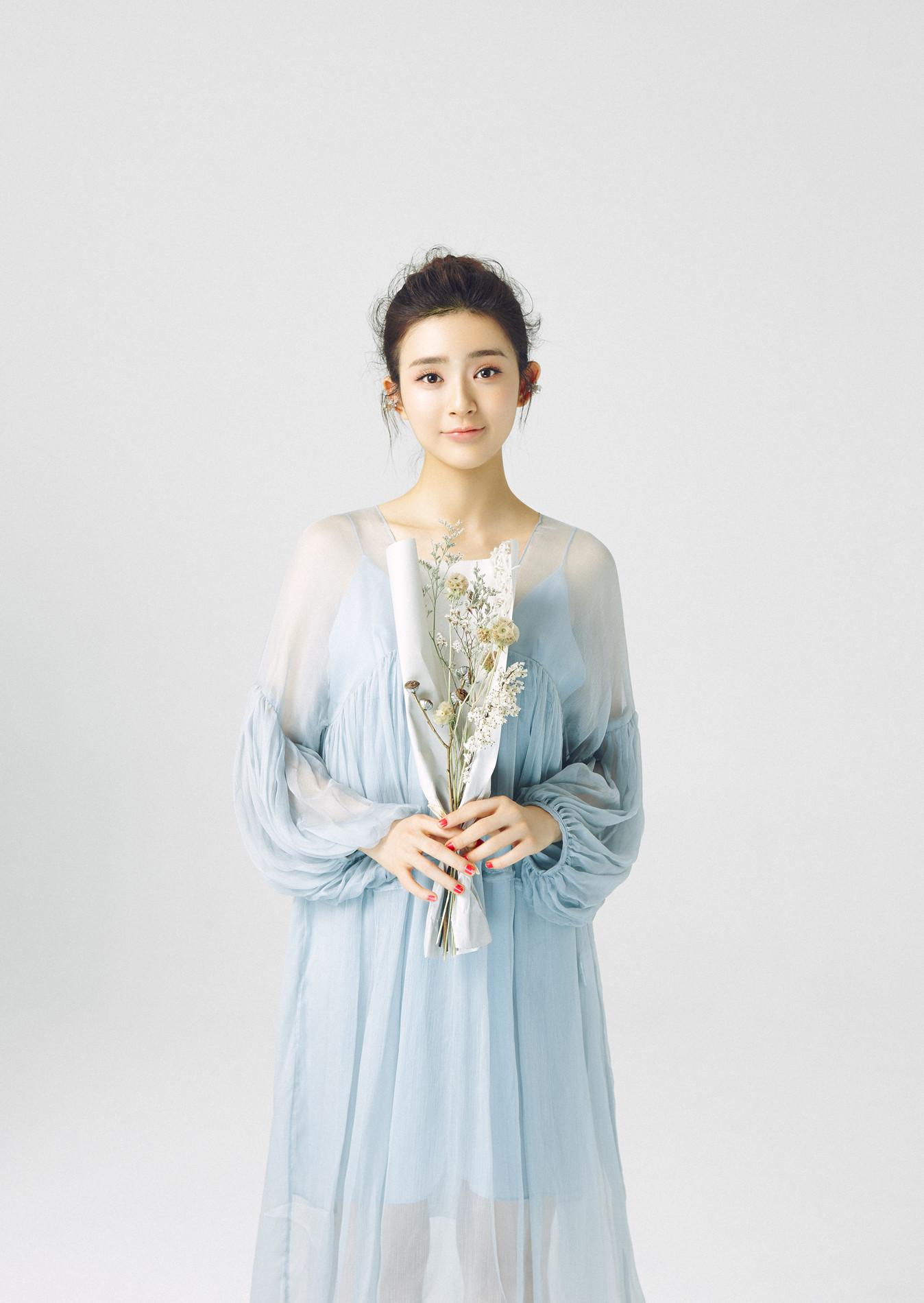 郭小炜丸子头薄纱裙造型如氧气小仙女