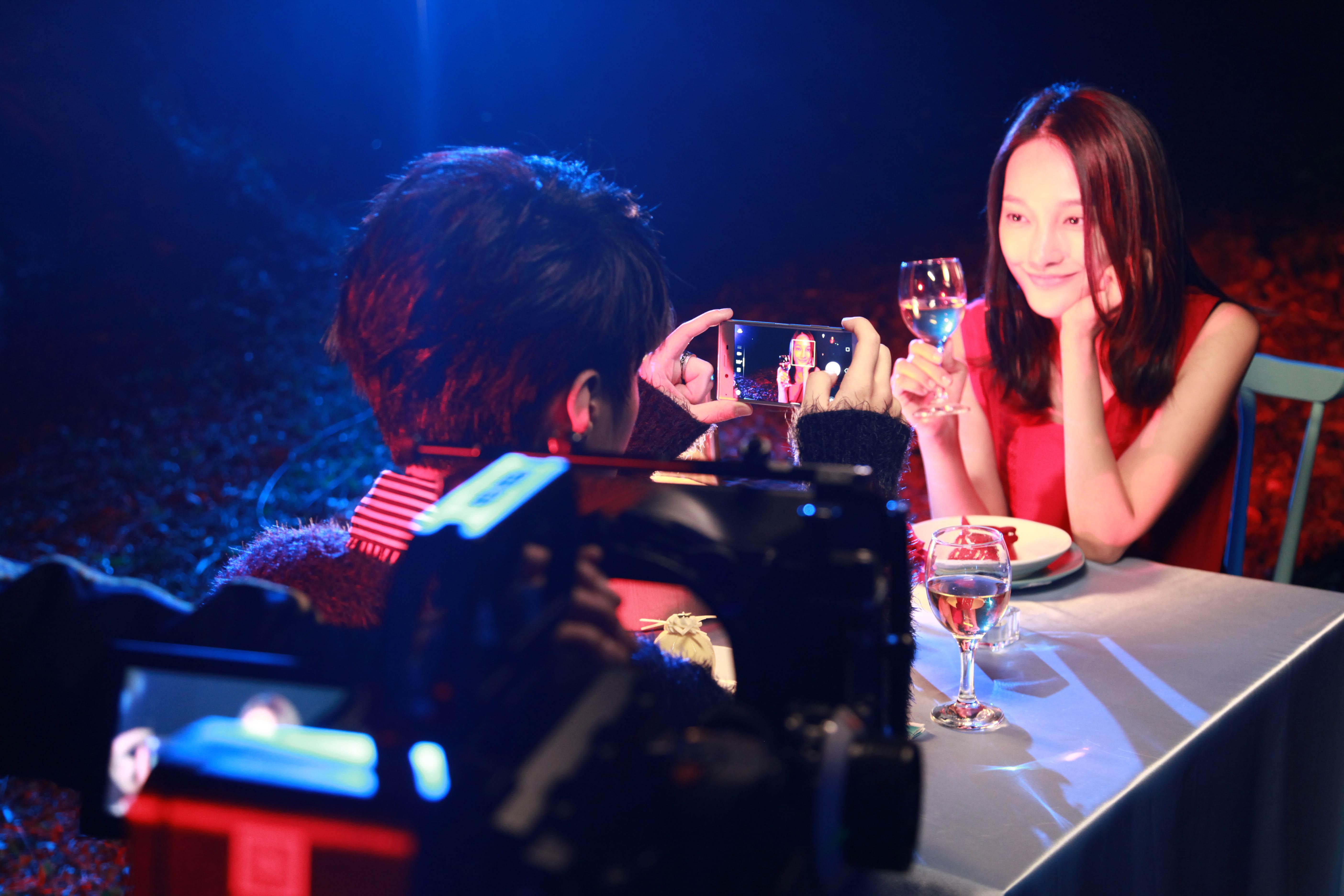 宫阁《雨噼里啪啦下》MV首发 献荧屏初吻