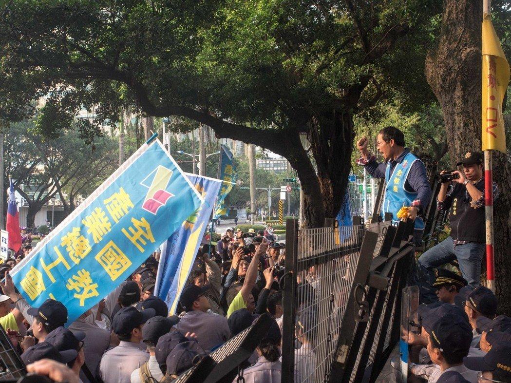 """台全教产抗议年金改革 翻越""""教育部""""大喊""""部长出来"""""""