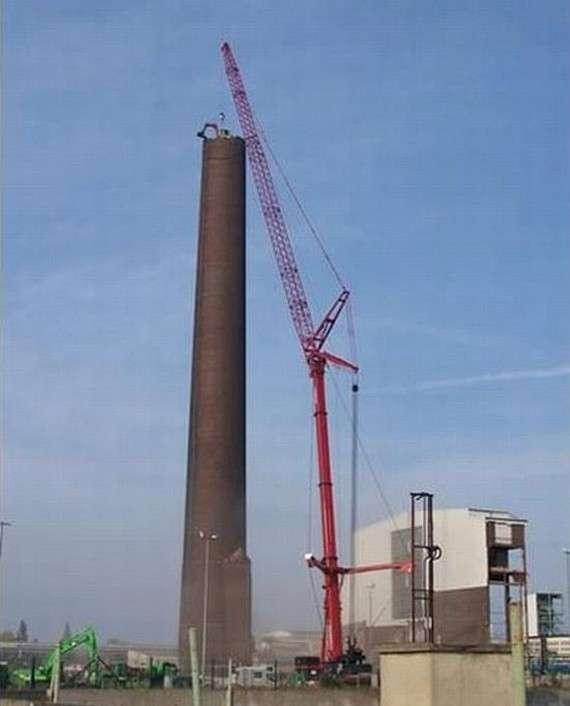 太疯狂!挖掘机百米高空拆烟囱作业