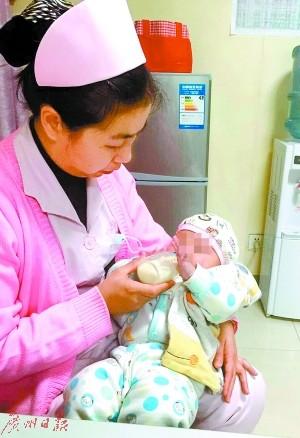 广东东莞男婴被丢在路边 原是任性父母吵架所弃