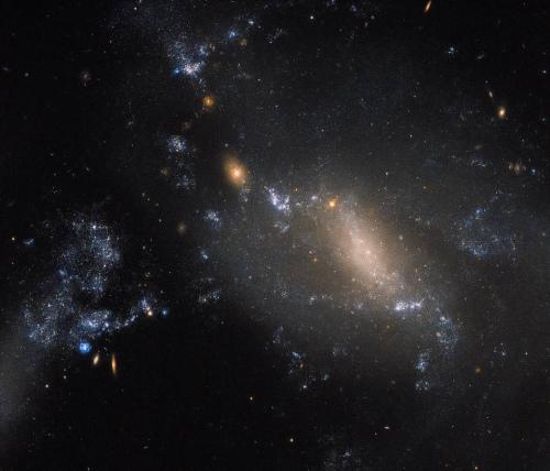 """狮子座""""星系二重奏"""":引力撕裂星系 形状独特"""