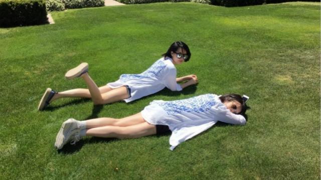 许晴和经纪人躺草地上秀美腿