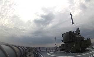 俄把导弹发射车运上军舰射导弹