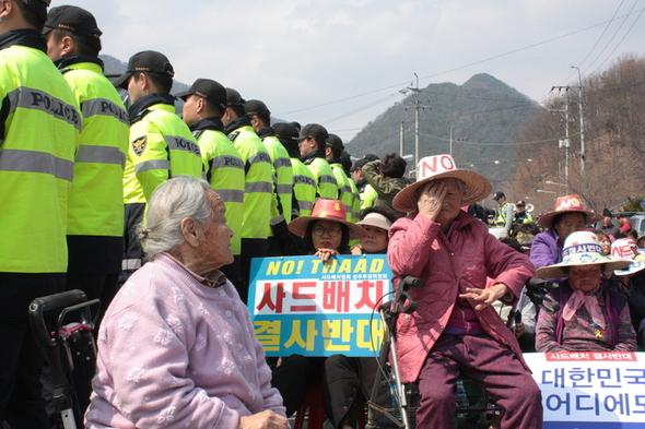 昨天,韩国一群老奶奶站上反萨德前线,成功赶走勘探卡车