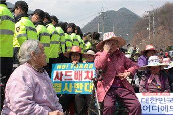 韩老奶奶与警察对峙反萨德赶走勘探卡车