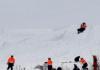 日本滑雪场雪崩致数十人死伤 民众雪场入口摆花祭奠