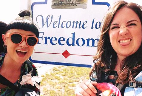 """厉害!英两女子""""免费""""玩转美国48个州"""