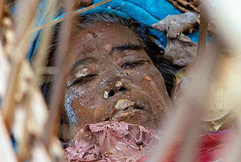 巴厘岛古村庄葬礼习俗:遗体腐烂后堆放
