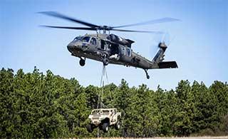 黑鹰直升机吊运越野车无比轻松