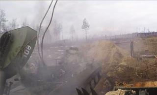 俄军装甲车扔出一条绳索 整条马路都被炸翻