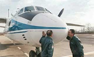 空军飞行教员告别蓝天吻别座机