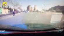 监拍:轿车逆行连撞2车,车飞人腾空