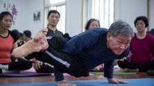 73岁瑜伽爷爷实力圈粉 柔韧度惊人