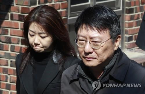 韩前总统朴槿惠出庭受审前与胞弟朴志晩泣泪相聚