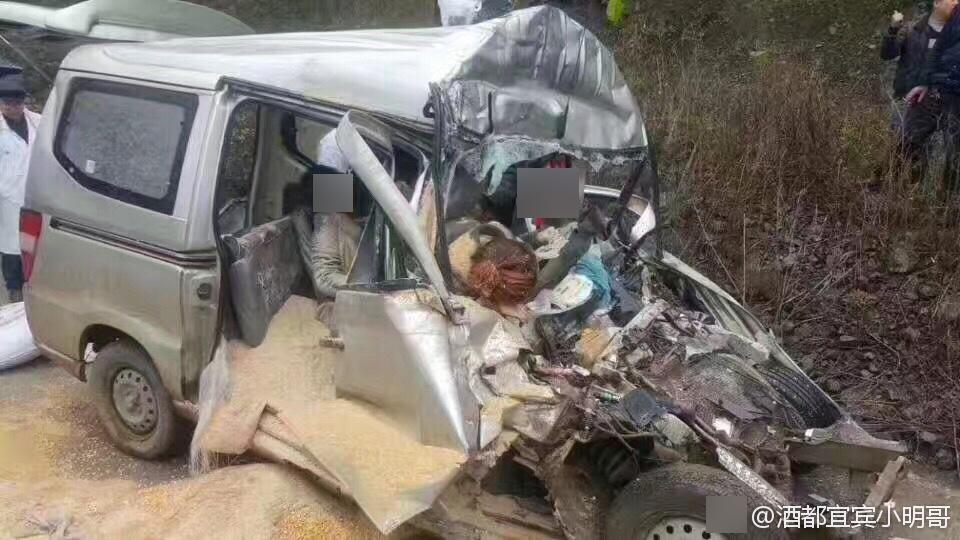 四川发生惨烈车祸致5死 母亲抱娃遇难