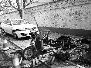 小吃车凌晨爆炸 父女被碎玻璃割伤十余辆车损毁