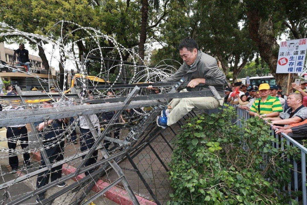 抗议群众围攻台当局机关 警察高呼:学长小心