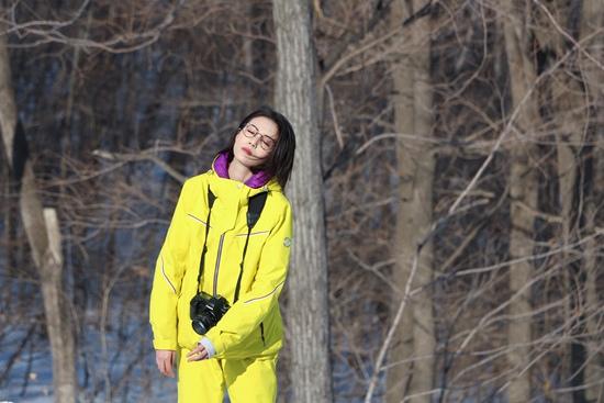 李溪芮变身滑雪女郎 零下15度拍《东山晴后雪》