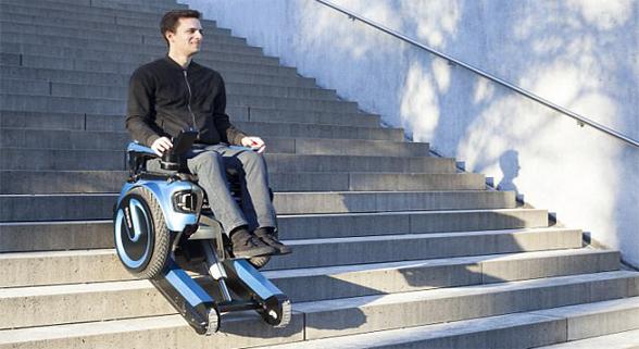 厉害了!这款电动轮椅能爬楼梯 还配有橡胶履带