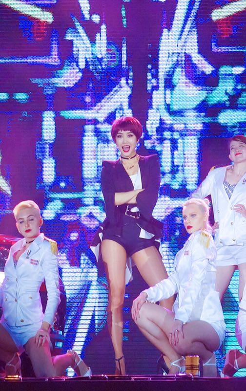 王蓉《啪啪S舞》公开首演 红发炫酷性感燃爆舞台