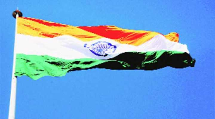 屡屡被风刮破 印度在印巴边界升起一面经过缝补的国旗